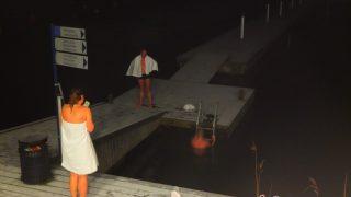フィンランド式サウナの入り方。湖に飛び込む?